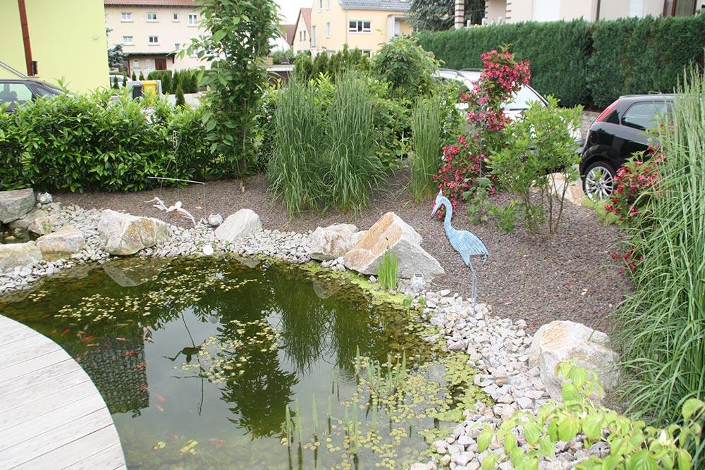 Umgestaltung einer Gartenanlage mit Holzdeck und Teich - Rommel ...